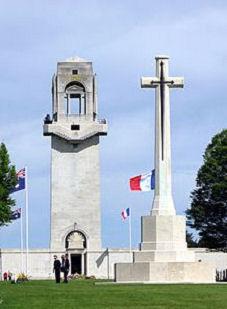 Photo au centre du cimetière croix et monument mémoriel
